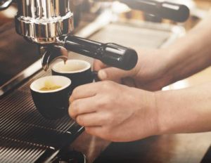 Espressomasin Visacrem Vetro kohvi valmistamine